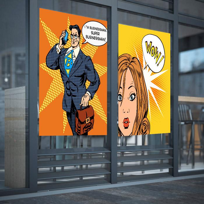 Tablice reklamowe na drzwiach budynku