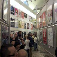 Wystawa plakatów w galerii współczesnej
