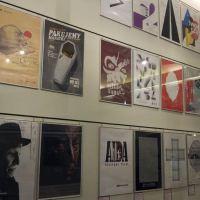 Seria surrealistycznych plakatów na ścianie muzeum